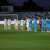 Los jugadores del Real Madrid y del Valencia en el Alfredo Di Stéfano