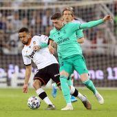 Valverde disputa un balón junto a un jugador del Valencia