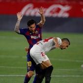 Leo Messi disputa un balón ante Joan Jordán