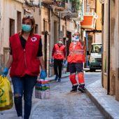 Voluntaria de Cruz Roja repartiendo alimentos básicos