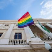 Bandera del Orgullo LGTB en el Ayuntamiento de Cádiz