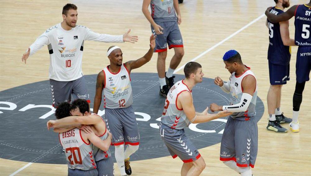 Los jugadores de San Pablo Burgos celebran su victoria.