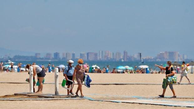 ¿Son los acomodadores o informadores los nuevos 'serenos de la playa'?