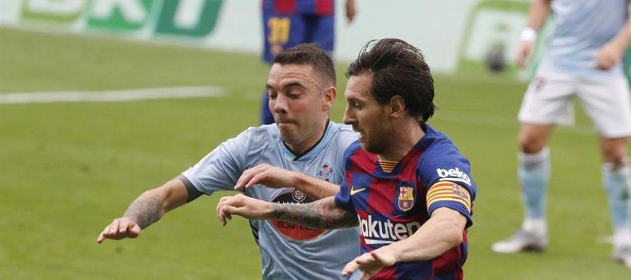 Iago Aspas pelea el balón con Messi.