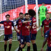 Enric Gallego celebra su gol junto a sus compañeros de Osasuna.
