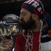 El capitán del Baskonia besa la copa ACB