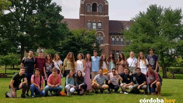 Foto de familia de los estudiantes de la Universidad Loyola distinguidos en EEUU