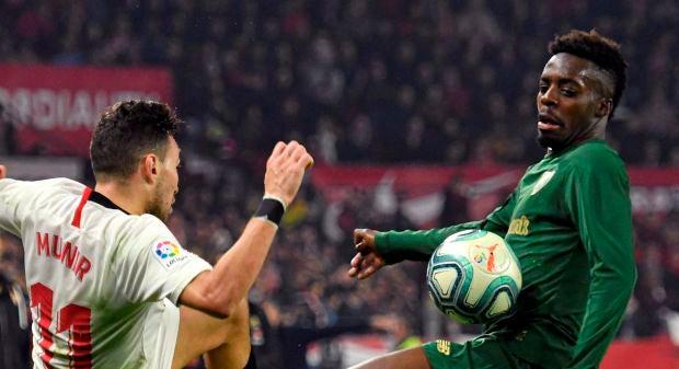 Munir e Iñaki Williams luchan por un balón.
