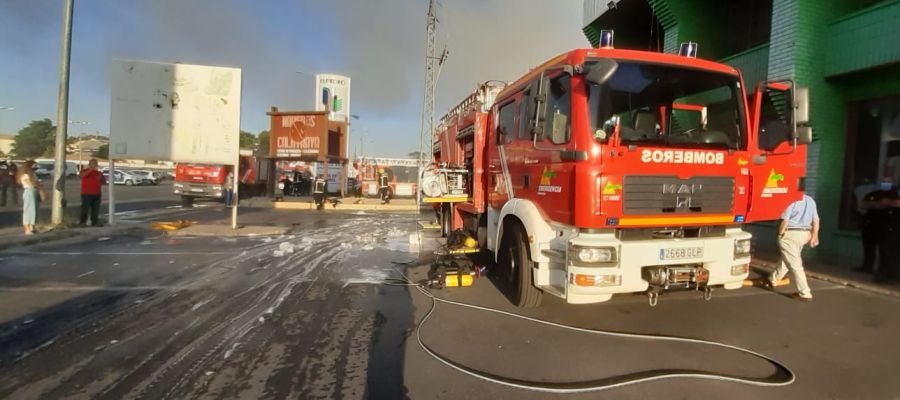 los bomberos están trabajando en la extinción del incendio
