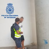Un agente de la Policía Nacional con el ciudadano alemán detenido en el Aeropuerto Alicante-Elche.
