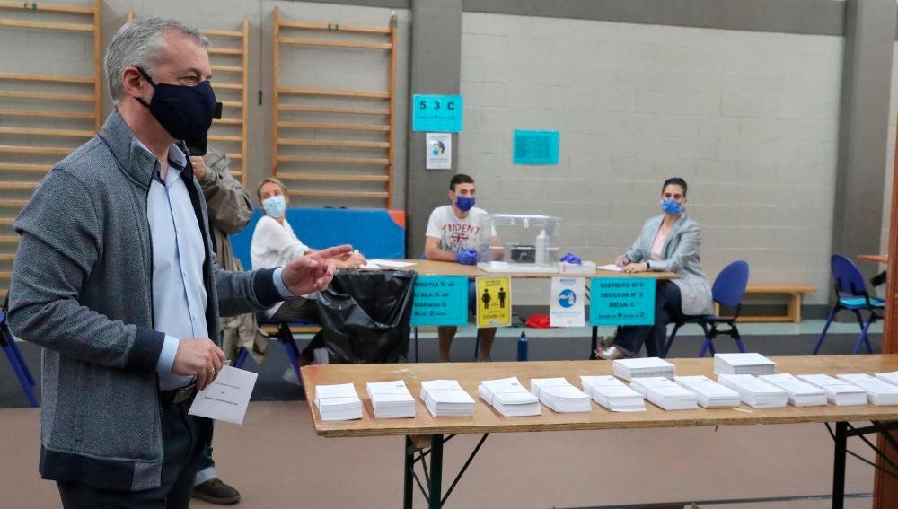 Íñigo Urkullu, en el momento de votar en la localidad vizcaína de Durango