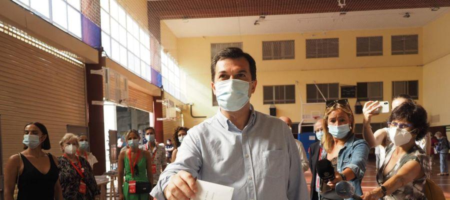 El candidato del PSOE, Gonzalo Caballero, votando en Vigo