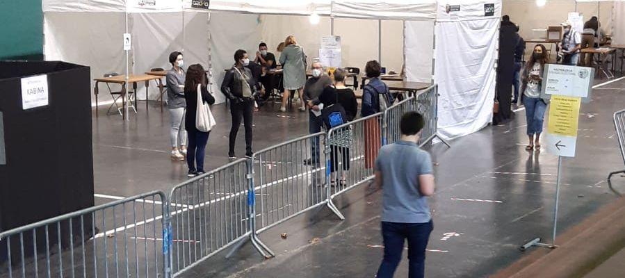 Los primeros votantes llegan al Frontón de Ordizia, en Guipuzcoa