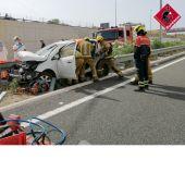 Bomberos en las labores de rescate del conductor accidentado en Elche.