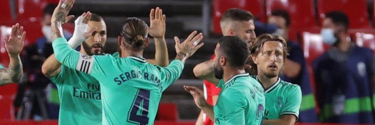 Los futbolistas del Real Madrid celebran un gol.
