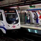 Varios viajeros en un anden del Metro de Madrid