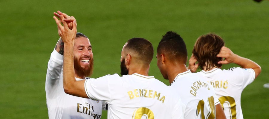 El Real Madrid celebra el gol de Benzema