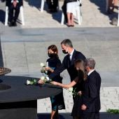 El rey Felipe VI deposita una flor en el pebetero central del funeral de Estado