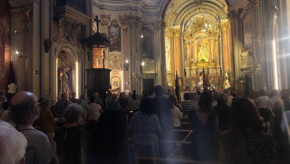 La pandemia ha obligado a mantener la distancia de seguridad dentro de la iglesia como estipula la normativa