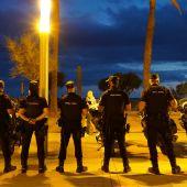 Agentes de la policía nacional en la Playa de Palma.