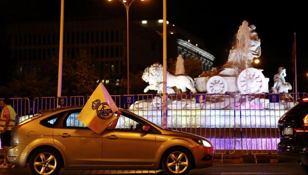 Aficionado celebran desde su vehículo el título de Liga del Madrid.