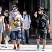 Ciudadanos utilizan mascarilla por el centro de Valencia