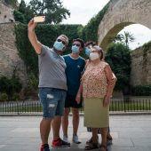 Varios turistas se hacen una foto junto a los Jardines de S'Hort del Rei de Palma