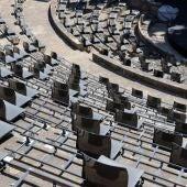 Separació de metre i mig entre les cadires del Teatre Grec, per complir amb les distàncies durant el festival Grec - ACN