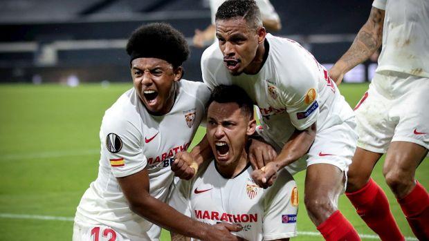 El Sevilla celebra el gol de Ocampos ante el Wolves