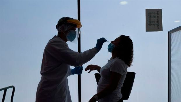 Un sanitario realiza una prueba PCR