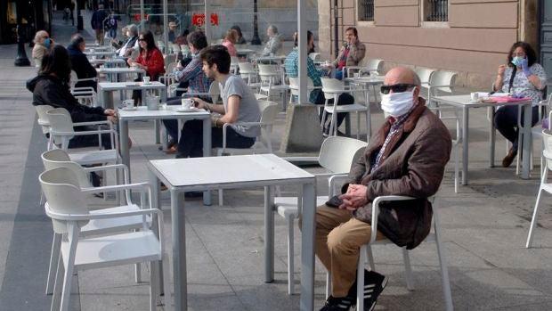 El sector de la hostelería pedirá soluciones y alternativas si se prohíbe fumar en las terrazas de la Comunitat Valenciana