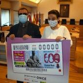 Lorenzo VIllahermosa y Pilar Zamora con el cupón conmemorativo