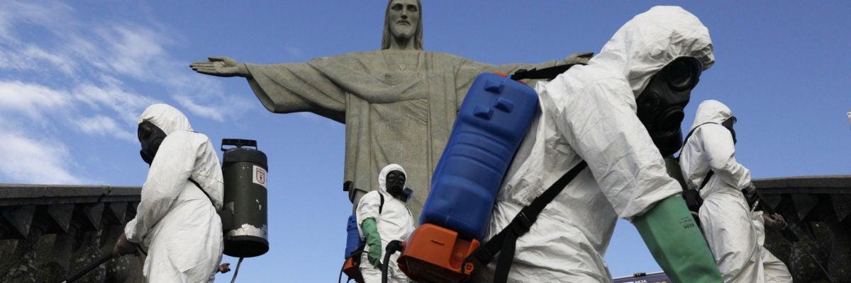El Cristo Redentor de Brasil cambia los turistas por un equipo de desinfección contra el coronavirus