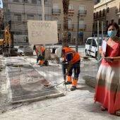 La concejala de Urbanismo, Ana Arabid, en la retirada de mosaicos de la Plaça del Baix.
