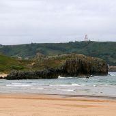 Islote en la playa de Ris, en Noja, Cantabria