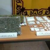 Marihuana y cocaína incautada por los agentes en la operación