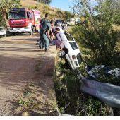 La Guardia Civil auxilia a los ocupantes de un vehículo que tuvo una salida de vía y quedó suspendido en un puente