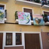"""La exposición """"Art al balcó"""" de Petrer cuenta con más de 60 obras"""
