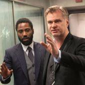 El director Christopher Nolan, en el set de rodaje de 'Tenet' junto al actor John David Washington