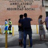 Varias personas hacen cola ante el Centro de Especialidades de Orcasitas para someterse a una prueba PCR en el madrileño distrito de Usera.