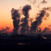 Imagen de archivo de una fábrica emitiendo gases
