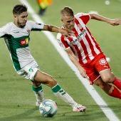Samu Saiz, del Girona FC, lucha con Óscar Gil, del Elche CF.