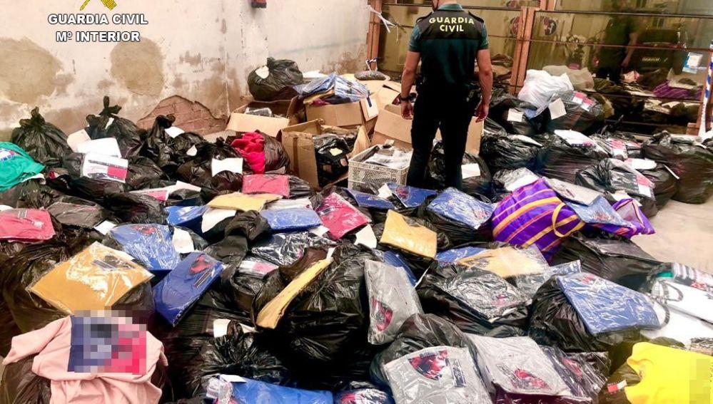 La Guardia Civil interviene venta ilegal de prendas falsificadas.