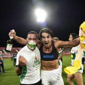 Pere Milla, junto a Greg Beranger, celebra el ascenso a Primera División sobre el césped de Montilivi.