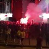 Centenares de aficionados esperaron al Elche a su llegada al estadio Martínez Valero.