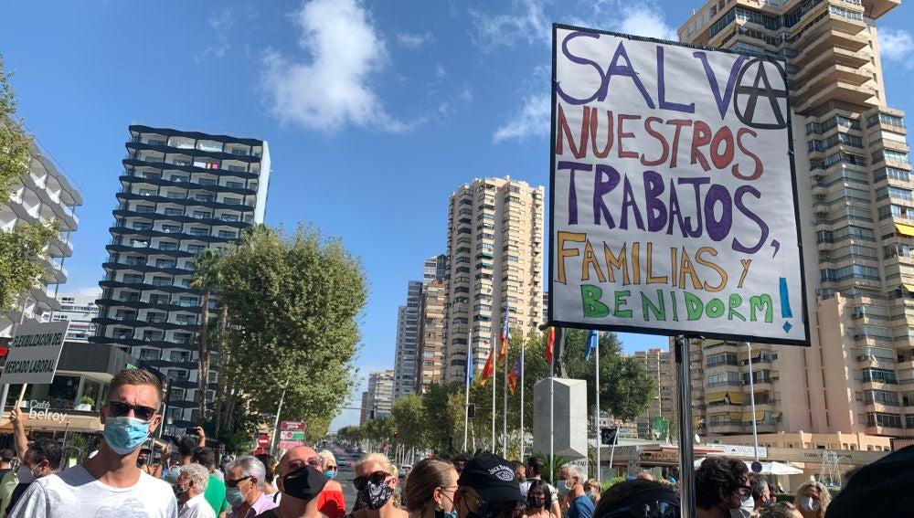 Manifestantes reclaman en Benidorm a favor del sector turístico.