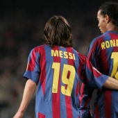 Messi se une a Ronaldinho.