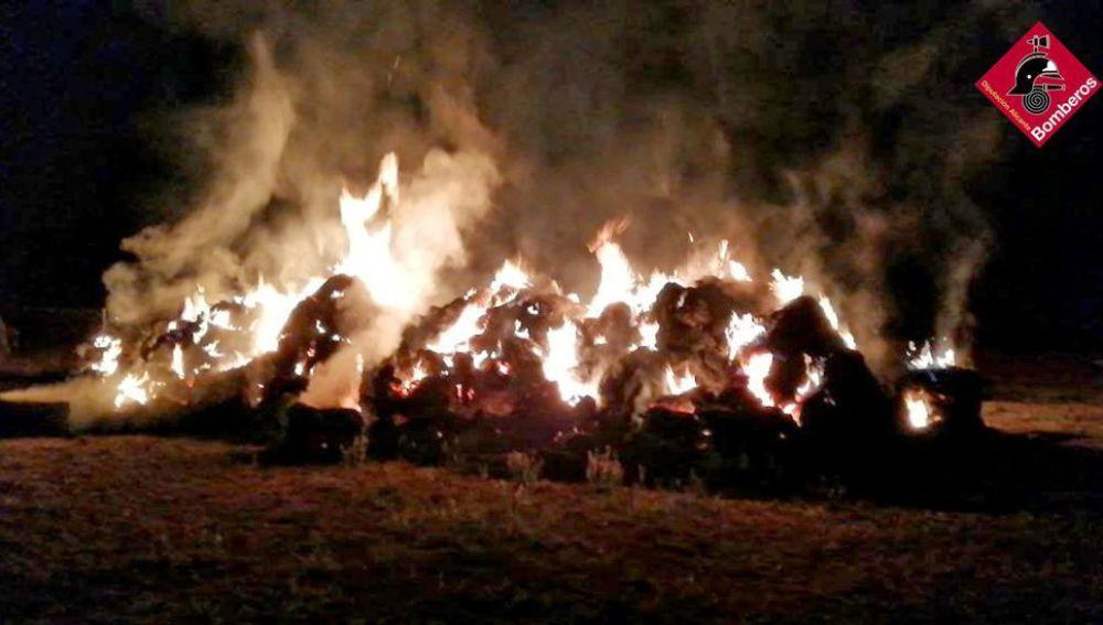 Los bomberos sofocan un incendio de balas de paja en Aspe.