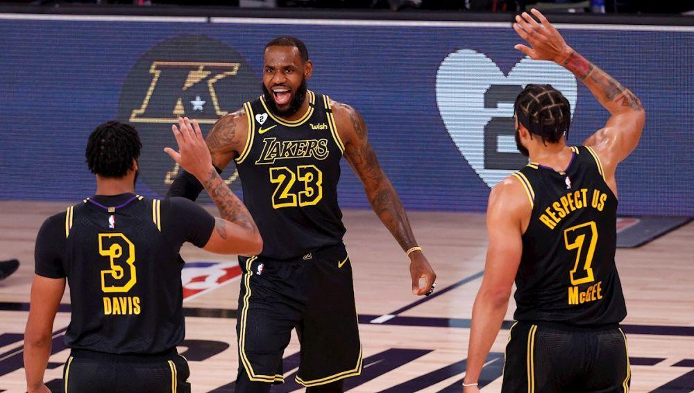 Los Lakers celebran el triunfo ante los Trail Blazers
