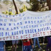 Los negacionistas, algunos con mascarilla, piden 'libertad' ante las medidas sanitarias impuestas